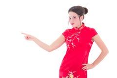 Stående av den härliga flickan i den röda japanska klänningen som isoleras på whi Arkivfoton