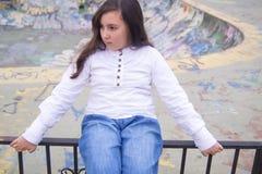 Stående av den härliga flickan i ett stads- utrymme Royaltyfri Bild