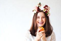 Stående av den härliga flickan med blommakransen Royaltyfri Foto