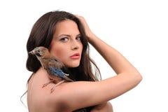 Stående av den härliga flickan med fågeln Fotografering för Bildbyråer