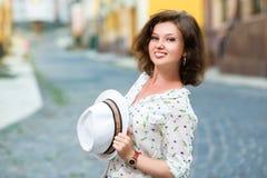 Stående av den härliga flickan med hatten utomhus Fotografering för Bildbyråer