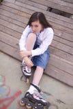 Stående av den härliga flickan med skridskor Royaltyfri Bild