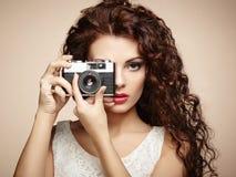 Stående av den härliga kvinnan med kameran. Flickafotograf Royaltyfri Foto