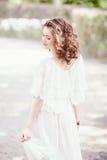 Stående av den härliga le vita Caucasian flickakvinnan med långt mörker - röda bruna hår- och hasselträögon, i den vita sommarklä Royaltyfri Fotografi