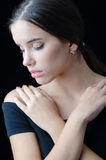 Stående av den härliga ledsna flickan med stängda ögon som isoleras på svart Arkivbilder