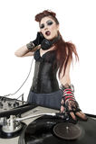 Stående av den härliga punkrockdiscjockeyn med blandande utrustning för ljud över vit bakgrund Royaltyfria Bilder