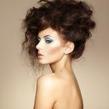 Stående av den härliga sinnliga kvinnan med den eleganta frisyren.    Arkivfoton
