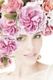 Stående av den härliga unga flickan med blommor Royaltyfri Foto