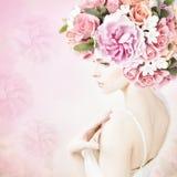 Stående av den härliga unga flickan med blommor Arkivbilder