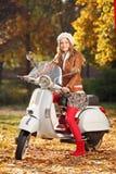Stående av den härliga unga kvinnan på sparkcykeln Fotografering för Bildbyråer