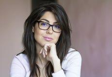 Stående av den härliga unga le kvinnan med modernt glasögon Royaltyfri Fotografi