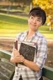 Stående av den kvinnliga studenten Looking Away för blandat lopp Royaltyfri Fotografi