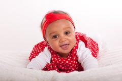 Stående av den lilla afrikansk amerikanlilla flickan som ler - svart Royaltyfria Foton