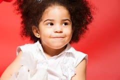 Stående av den lite listiga lockiga haired flickan Fotografering för Bildbyråer