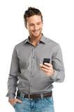 Stående av den lyckliga mannen som använder mobilen Arkivbilder