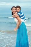 Stående av den lyckliga modern och sonen på havet Royaltyfri Bild