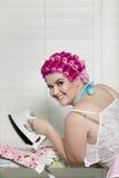Stående av den lyckliga unga kvinnan med järn Fotografering för Bildbyråer