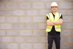 Stående av den manliga byggnadsarbetaren On Building Site Royaltyfri Foto