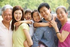 Stående av den Multi-Generation kinesiska familjen Royaltyfri Foto