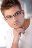 Stående av den stilfulla unga mannen Royaltyfri Fotografi