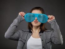 Stående av den teen flickan med galna exponeringsglas Fotografering för Bildbyråer