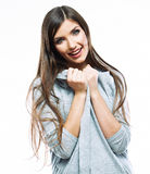 Stående av den tillfälliga ståenden för yong kvinna, leende, härlig modell Arkivfoton