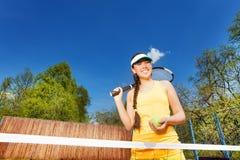 Stående av den tonårs- flickan på den utomhus- tennisbanan Royaltyfria Bilder