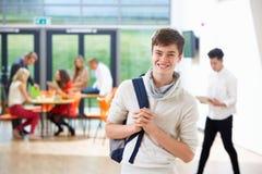 Stående av den tonårs- manliga studenten In Classroom Royaltyfri Bild