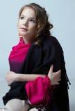 Stående av den trevliga lilla modellen som poserar i studio Fotografering för Bildbyråer