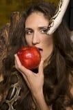 Stående av den unga damen för skönhet med ormen och det röda äpplet Arkivfoto