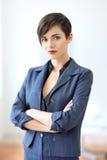 Stående av den unga härliga affärskvinnan i kontoret Royaltyfri Foto