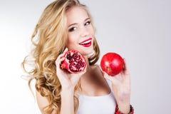Stående av den unga härliga kvinnan med granatäpplen Arkivfoton