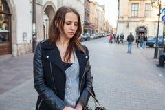Stående av den unga härliga kvinnan stads- stil Negativ sinnesrörelse Fotografering för Bildbyråer