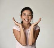 Stående av den unga härliga och lyckliga latinska kvinnan med det gladlynt stora toothy leendet som är upphetsat och Royaltyfri Foto