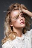 Stående av den unga kvinnan för skönhet i den vita modekvinnligsweatern Arkivfoto