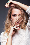 Stående av den unga kvinnan för skönhet i den vita modekvinnligsweatern Royaltyfria Bilder