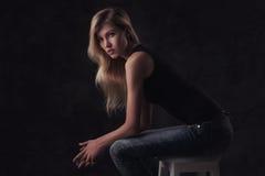 Stående av den unga sexiga flickan med långt hår för blode Royaltyfri Foto