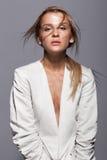 Stående av den unga skönhetkvinnan i tillfälligt vitt omslag Arkivfoto