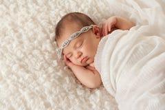 Stående av en Angelic Newborn Girl Fotografering för Bildbyråer