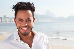Stående av en brasiliansk man på den Copacabana stranden Arkivfoto