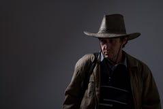 Stående av en eftertänksam man i en cowboyhatt. Arkivbilder
