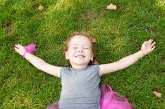 Stående av en glad liten flicka Arkivbilder