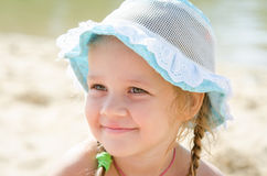 Stående av en gladlynt liten flicka på stranden i Panama Arkivfoton