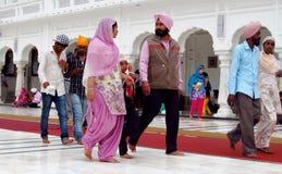 Stående av en grupp av Sikhs i Indien i nationell klänning Arkivbilder