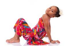 Gullig ung afrikansk asiatisk flicka som placeras på däcka Arkivbild