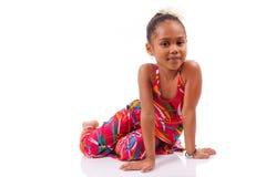Gullig ung afrikansk asiatisk flicka som placeras på däcka Arkivbilder