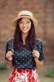 Stående av en högskolestudentflicka för blandat lopp på universitetsområdet utomhus Arkivfoto
