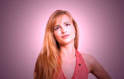 Stående av en härlig blond smilling kvinna Royaltyfri Foto