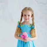 Stående av en härlig flicka med rosa blommor Arkivbilder