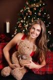Stående av en härlig kvinna med en nallebjörn Arkivfoton